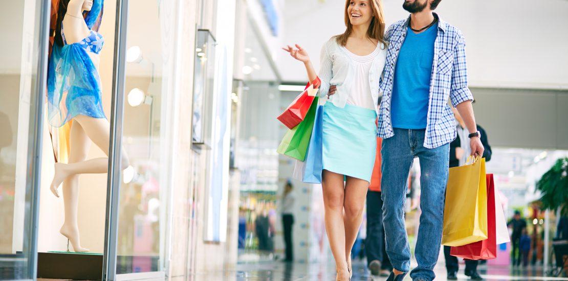 štastní zákazníci v obchodném centre