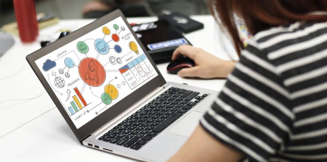 žena pracujúca na počítači a reporty